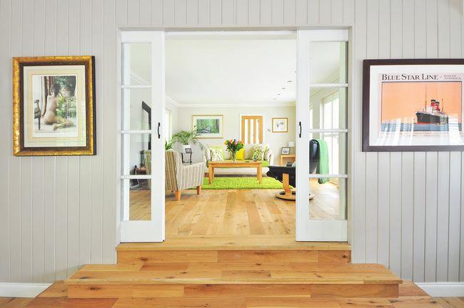 Salotto con porte nuove cambiate per migliorarne l'isolamento termico