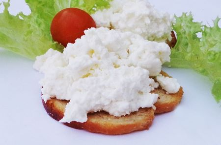 La cagliata spalmata su un crostino e un pomodorino costituiscono un ottimo spuntino