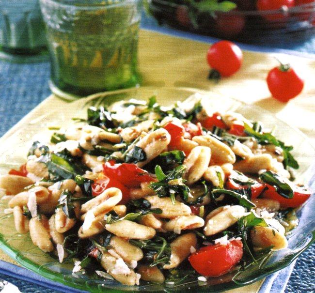 I cavatelli pugliesi con pomodorini e rucola sono un primo piatto tipicamente estivo