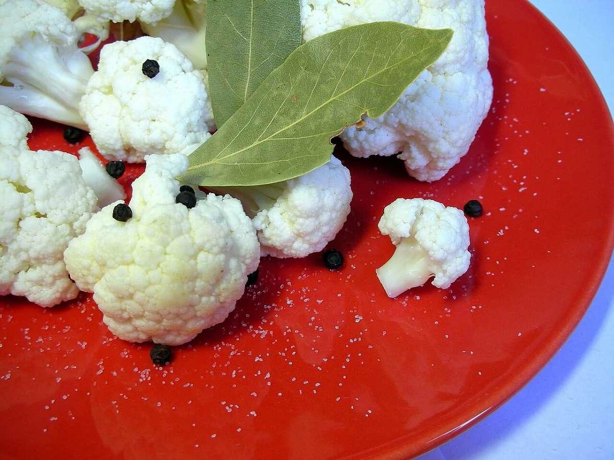 Cavolfiore, pepe, salvia e sale pronti per essere sottoposti a fermentazione lattica