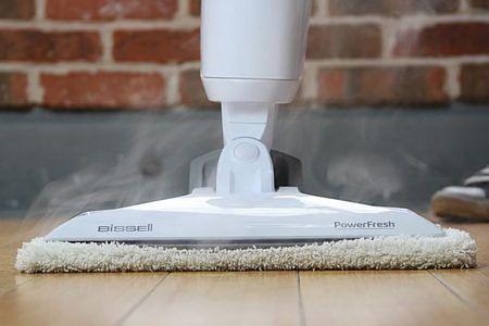 Pulire i pavimenti con la spazzola a vapore li libera dai germi e li igienizza