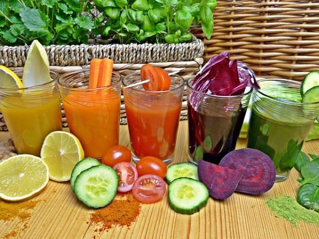 Succhi freschi di frutta e di ortaggi tatti con centrifuga e estrattore