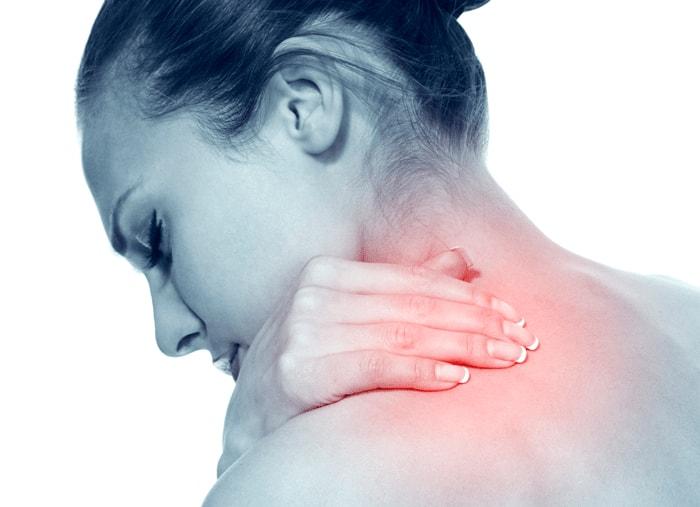 Donna tocca la zona cervicale dolorante affetta da torcicollo