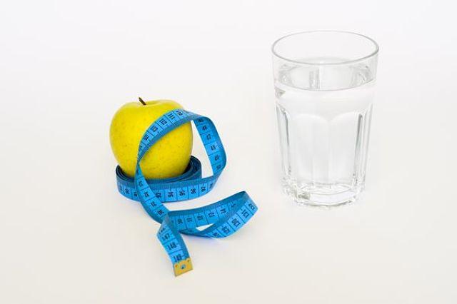 Acqua, centimetro e mela: 3 alleati per perdere peso