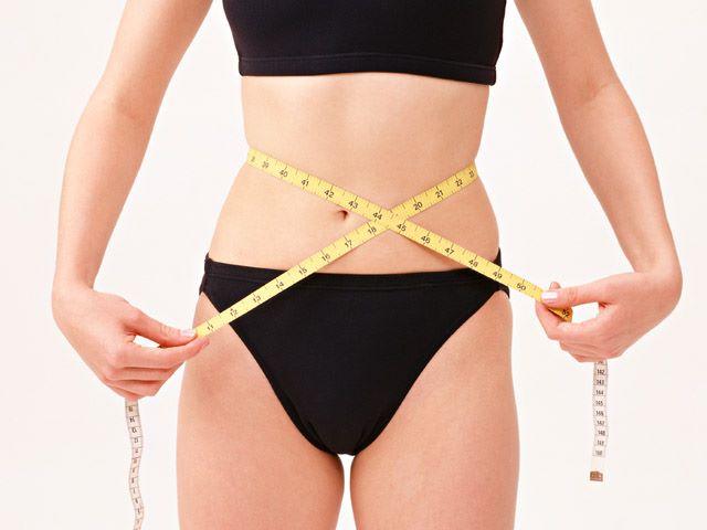 Donna misura il girovita dopo aver perso 4 chili con la dieta del buonumore