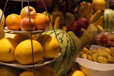 La frutta di stagione giallo-arancio stimola il buon umore