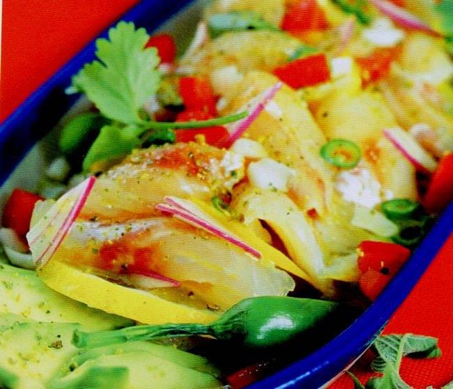 Come presentare la spigola marinata con pomodori e avocado freschi