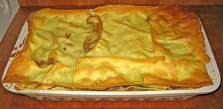 Superficie di lasagne in bianco resa croccante dal burro durante la cottura in forno