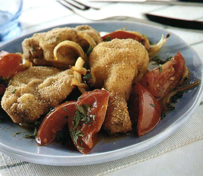 Pollo fritto alla creola con pomodori
