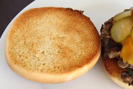 Come deve essere tostato l'interno del panino per hamburger