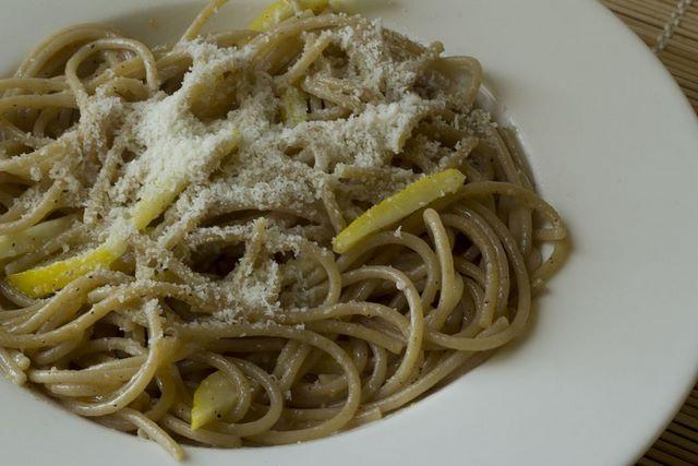 Appetitosi e delicati spaghetti alla scorza di limone e parmigiano