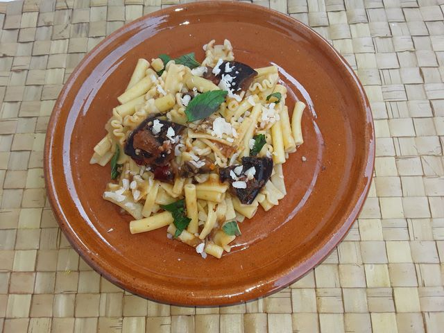 Pasta corta condita con genuino e saporito sugo di melanzane povero di grassi