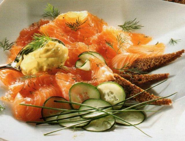 Come decorare e presentare in tavola il salmone con salsa di aneto svedese