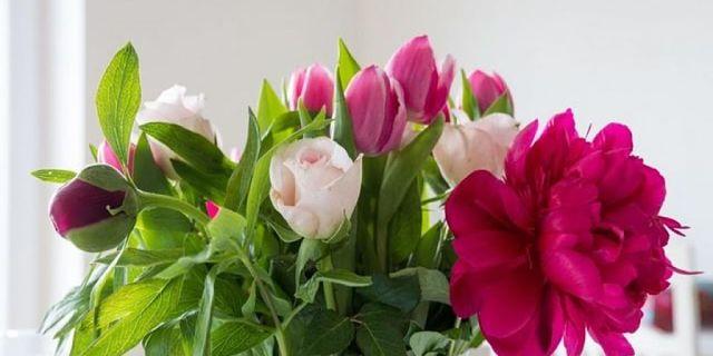 Un bel bouquet di tulipani e altri fiori in vaso