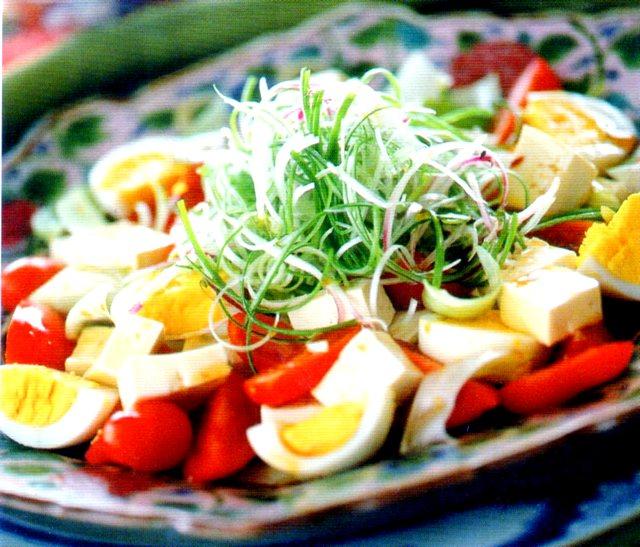 Come si presenta l'insalata di uova e tofu alla cinese
