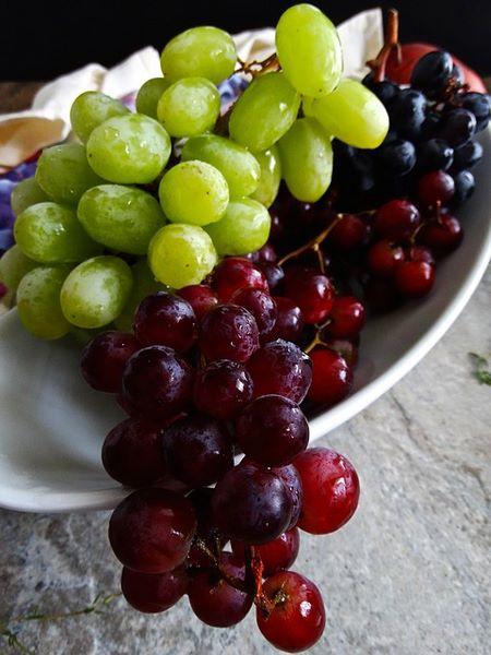 Acini freschi e sani di uva rossa e bianca adatti a decorare dolci