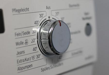 Termostato della lavatrice impostato alla temperatura indicata per la lana