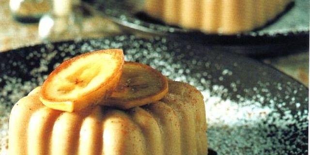 Budino di banane e castagne guarnito con fette di arancia