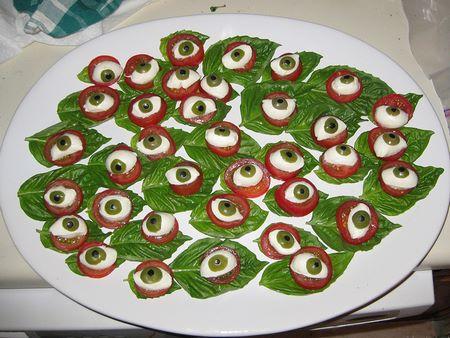 Finger food con pomodoro, mozzarella e olive a forma di occhio