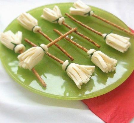 Finger food di grissini e formaggio a forma di scopa