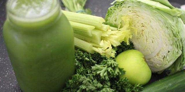 L'aggiunta di sedano e mela conferisce al succo di cavolo un sapore piacevole