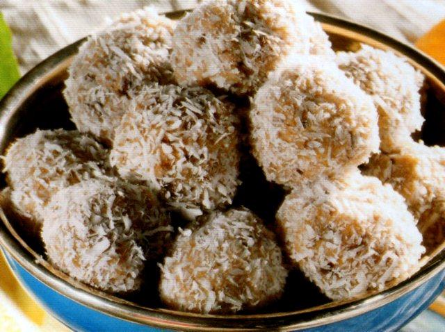 Dolcetti morbidi di datteri e noci ricoperti di cocco grattugiato