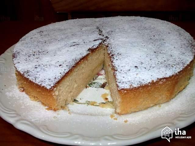 Genuina torta caprese al cioccolato bianco e limone dalla giusta morbidezza interna