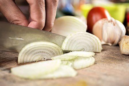 Le cipolle vanno tagliate in fette sottili per fare la zuppa