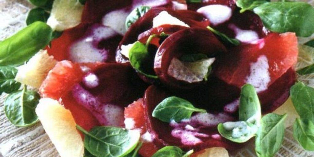 Gustosa e natalizia insalata di barbabietole, pompelmo e spinaci appena fatta