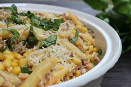 L'insalata di mais e salsiccia si può usare per condire la pasta in modo goloso