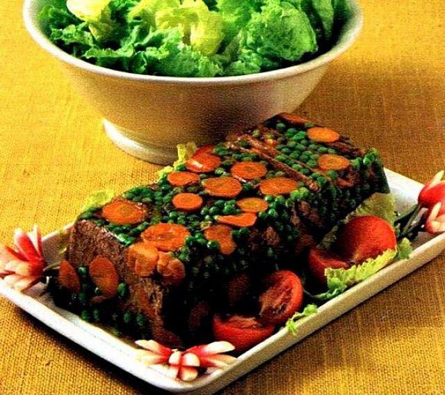 L'aspic di manzo, carote e piselli in gelatina fa figura ed è bello a vedersi