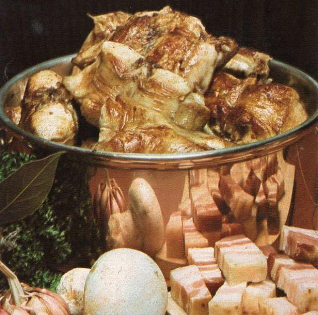 Il coniglio al vino bianco alla friulana si fa con funghi e pancetta