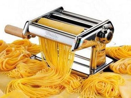 Con la macchinetta per la pasta si possono fare cannelloni, lasagne, tagliatelle.