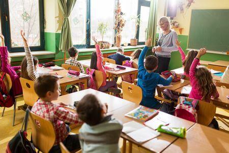 Bambini con maestra in aula
