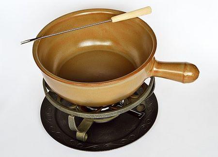 Pentola per fonduta in coccio su fornelletto