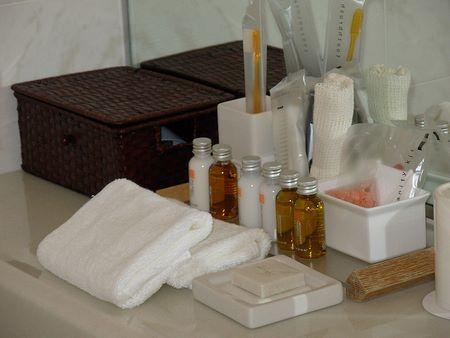 Ricco kit di cortesia nel bagno di un buon albergo