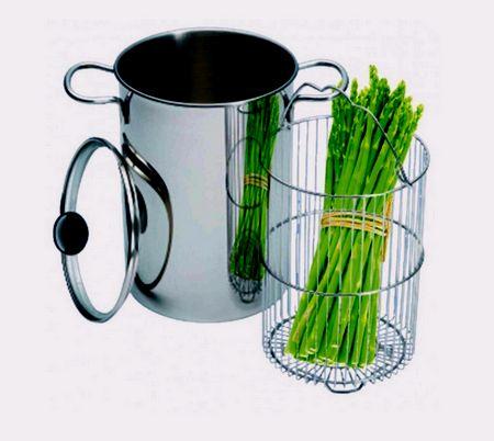 Gli asparagi devono essere messi in piedi nel cestello dell'asparagera