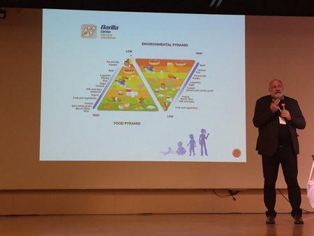 Il professor Valentini parla della piramide alimentare al Festival della Salute Globale