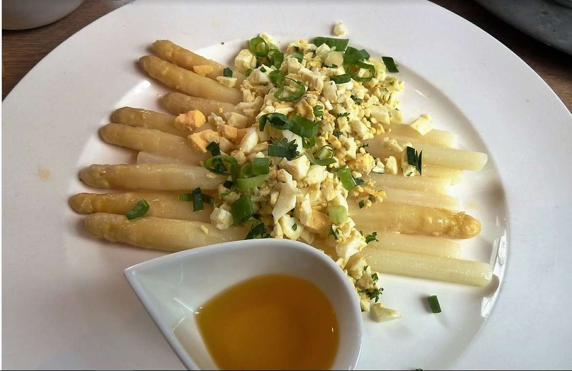 Asparagi alla fiamminga con uova sode e salsa al burro a parte