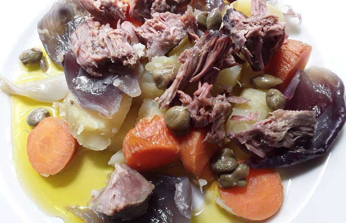 Gli avanzi del lesso si possono recuperare in una insalata di carnee bollita e verdure cotte