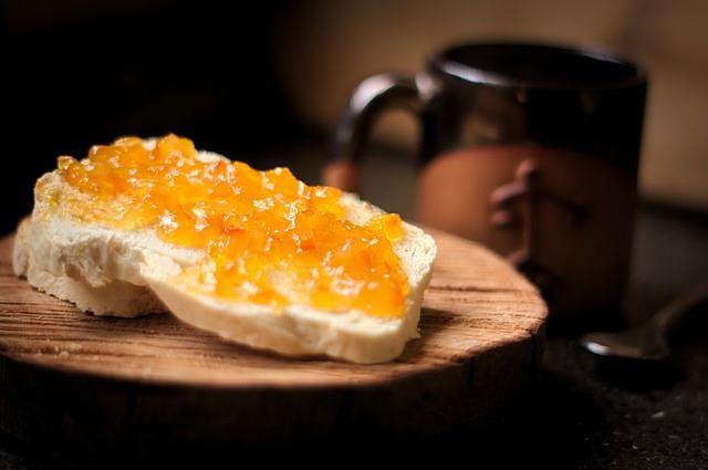Marmellata di carote e limoni casalinga su fetta di pane