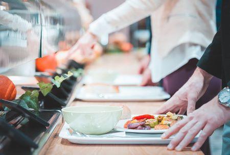 Piatto con cibo sostenibile in mensa aziendale