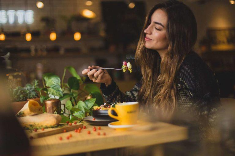 Donna assapora cibo sostenibile salutare e a basso impatto ambientale