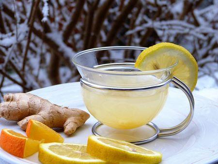 Tazza con infuso di zenzero e fetta di limone