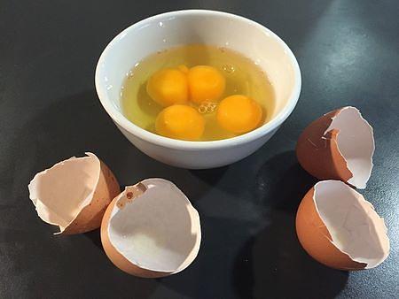 Uova sgusciate nella ciotola