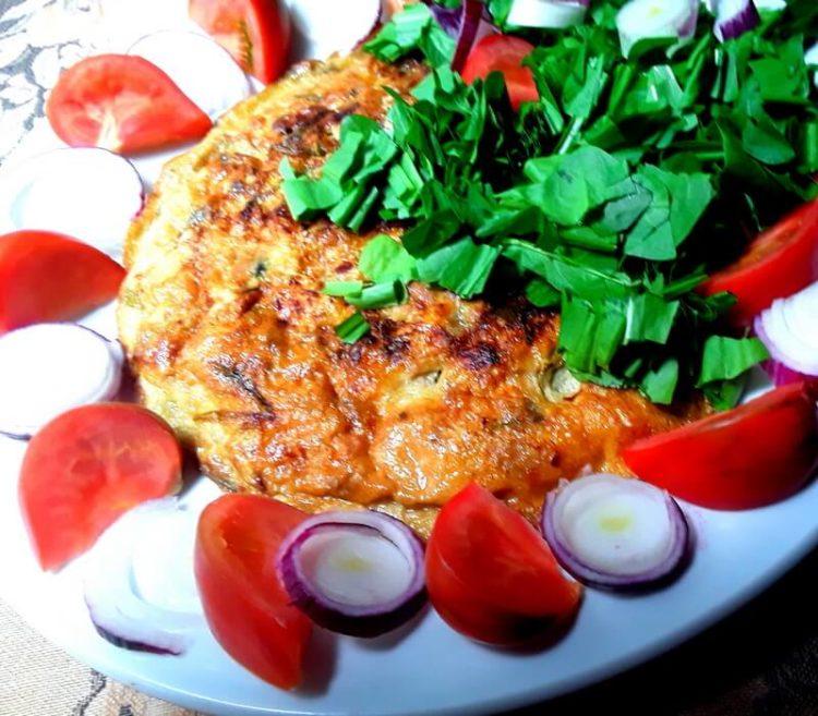 Frittata di verdure avanzate con pomodori, insalata e cipollotti