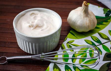 Maionese all'aglio sul tavolo