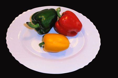 Peperoni freschi di 3 colori diversi nel piatto