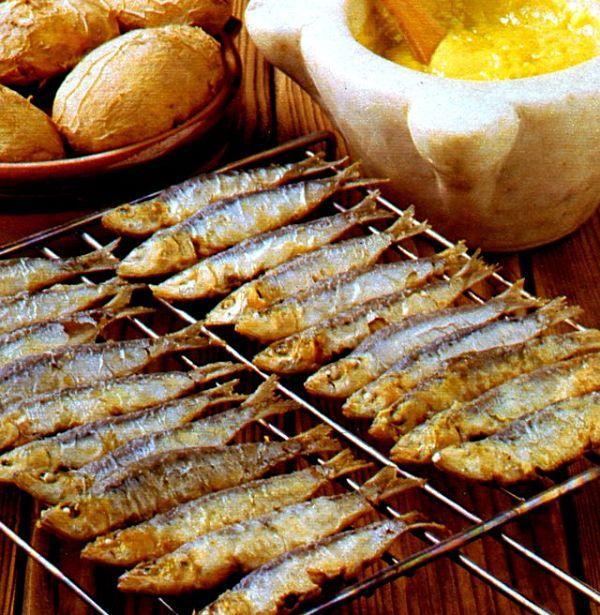 Sarde grigliate con salsa maionese all'aglio e patate arrostite nel cartoccio