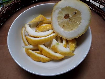 Parte interna e scorzette di limone pane